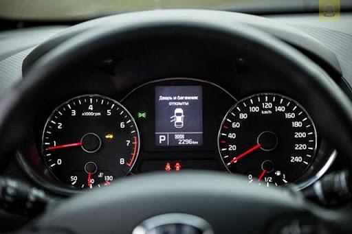 Quan sát đồng hồ đo tốc độ thường xuyên