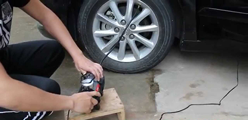 Cách dùng máy bơm hơi mini dành cho xe ô tô