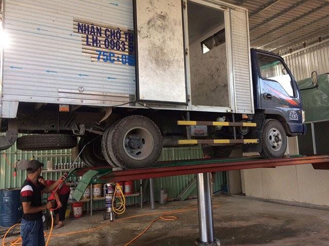 Lắp đặt cầu nâng ô tô rửa xe kiểu nổi