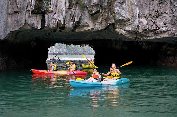 Chèo thuyền kayak thu hút nhiều người tham gia