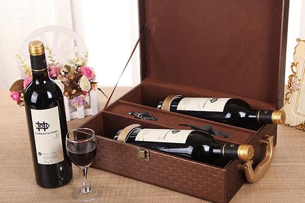 Rượu vang đỏ sang trọng, mang ý nghĩa may mắn