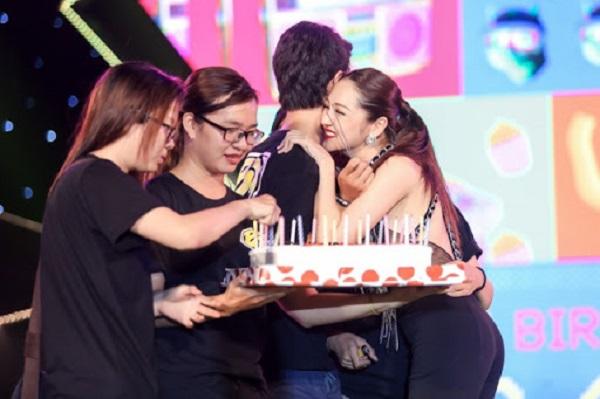 Tổ chức sinh nhật cho idol trên sân khấu