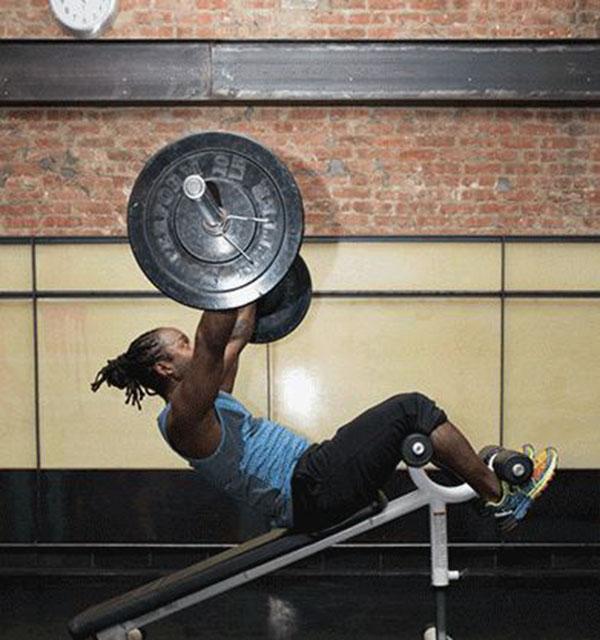 Gập bụng nâng tạ qua đầu - bài tập nam gym khó