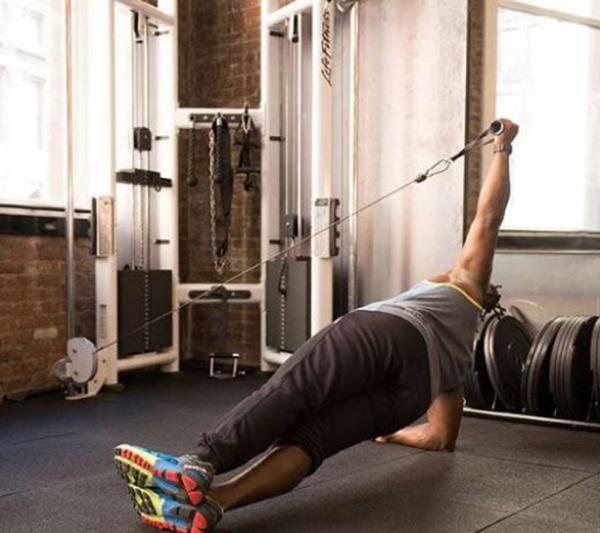 Thực hiện động tác Plank nghiêng giữ cáp
