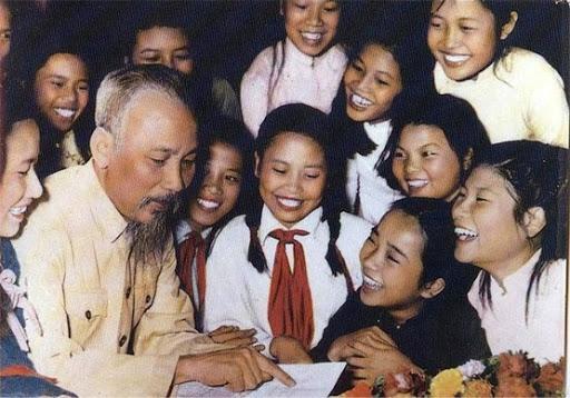 Chủ tịch Hồ Chí Minh thân thiết bên các cháu thiếu nhi